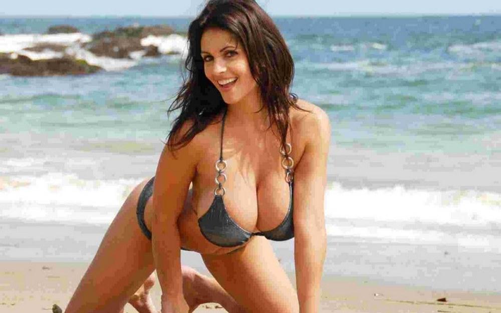 Femme salope aux gros seins se fait baiser sur la plage